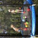 Familj: Hopp på studsmattan med vattenballonger :D