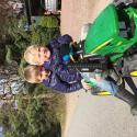 Familj: Busungarna rastar sin eldrivna traktor